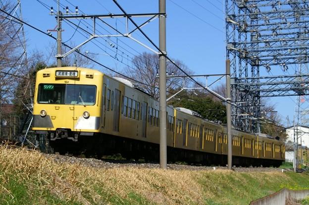 青い空の下、黄色い電車が行く