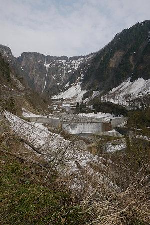 砂防ダム越しにハンノキ滝