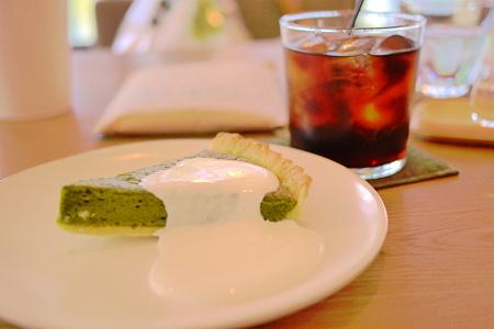 抹茶とホワイトチョコレートのタルトとアイスコーヒー