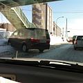 写真: 車線を塞ぐ車