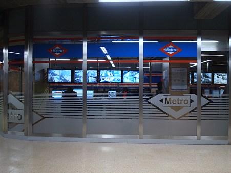 地下鉄の監視カメラ室