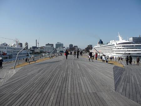 100322-大桟橋 客船2隻 (111)