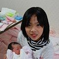 写真: 赤ちゃん抱っこ