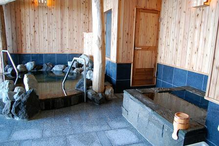 左から小浴槽、サウナ、水風呂